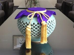 壺の口を閉じる紫色の布