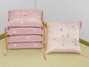 絹交織生地二色桜の座卓の足に敷く座布団です